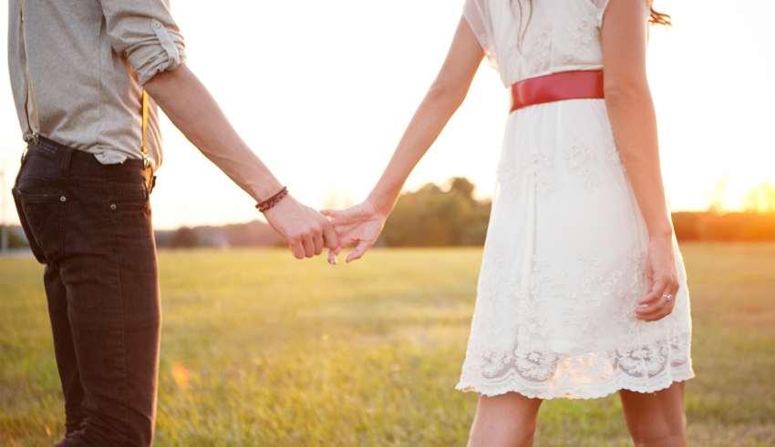 Bilderesultat for kjærester holder hender